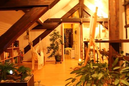 Charmante chambre boisée sous toit - Coffrane - Almhütte