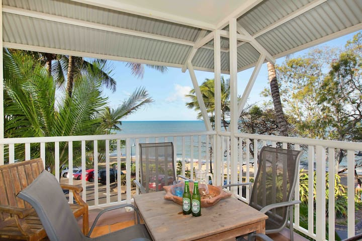 """The Beach Shack"" 3BR Waterfront Apartment - WIFI - Trinity Beach - Apartment"