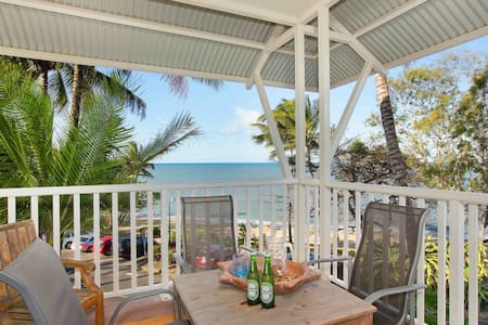 """The Beach Shack"" 3BR Waterfront Apartment - Trinity Beach - Pis"