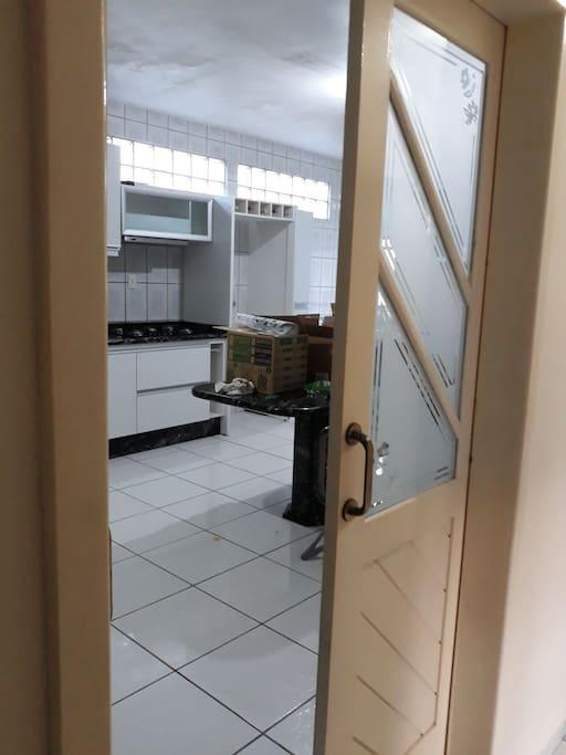 Cozinha com móveis embutidos, mesa e todos os detalhes em mármore.