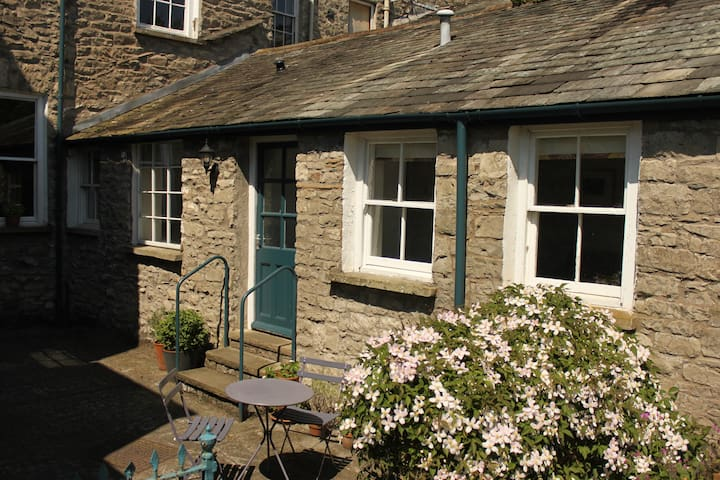 Webster Cottage is a traditional stone-built cottage, set in a sunny courtyard, behind the main house where the hosts live.