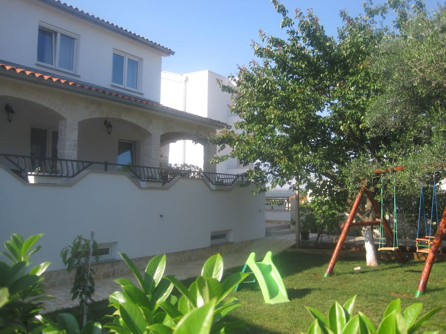 The guests have a big and beautiful garden with barbecue and a place for kids to play