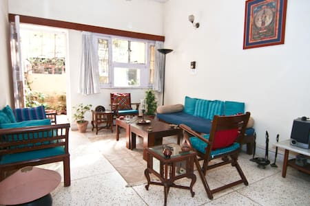 Large, airy, quiet room South Delhi - Νέο Δελχί - Bed & Breakfast