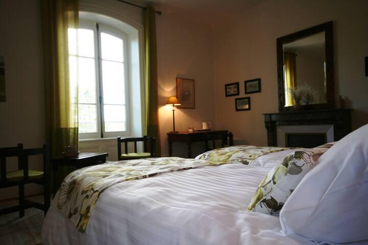 La chambre Larzac - Combronde - ที่พักพร้อมอาหารเช้า