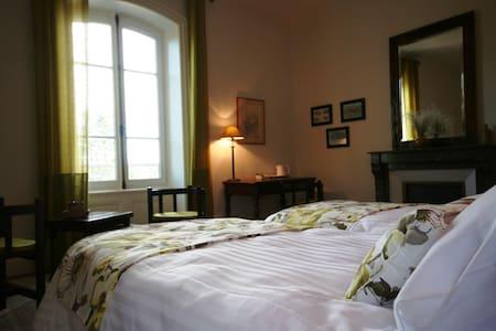 La chambre Larzac - Combronde - Penzion (B&B)