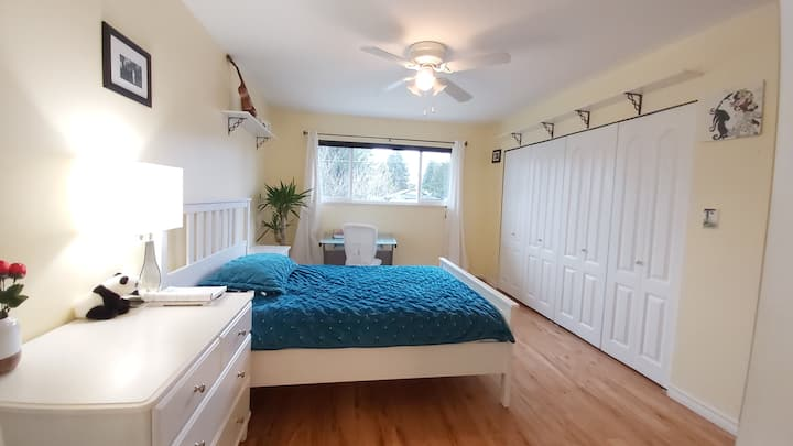 Clean home with private bathroom in Surrey central
