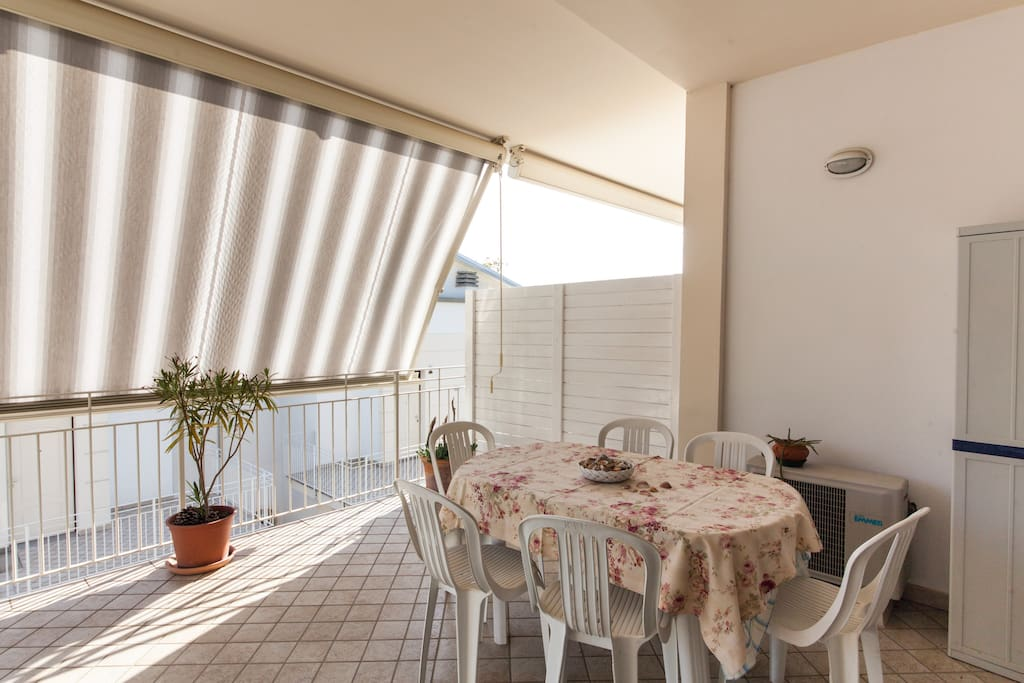 Soleggiata veranda con possibilità di pranzo all'aperto