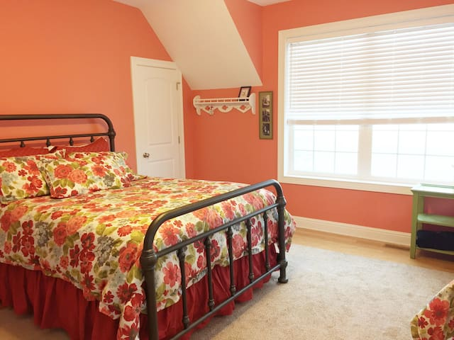 Queen Bed in Orange room - wake up & see the lake