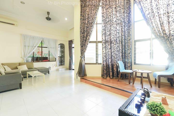 位于KK亚庇高级五星400平米私家别墅,欢迎家庭及三五好友入住,走进大马的胡同