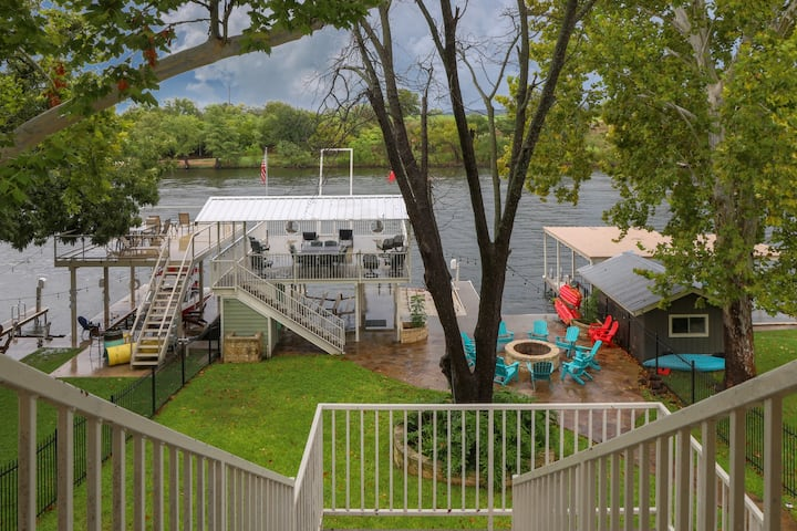 Luxury lakefront home; sleeps 24 w/ private dock, outdoor fire pit & game room