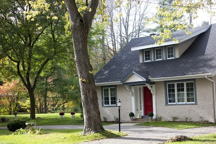 Beautiful turn of the century home  - Hudson - Bed & Breakfast