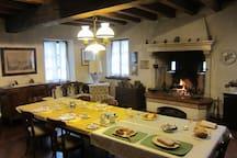 Sala colazione a buffet con caminetto acceso