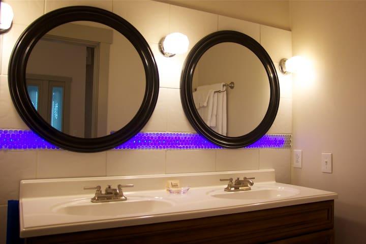 Suite 4 double vanity