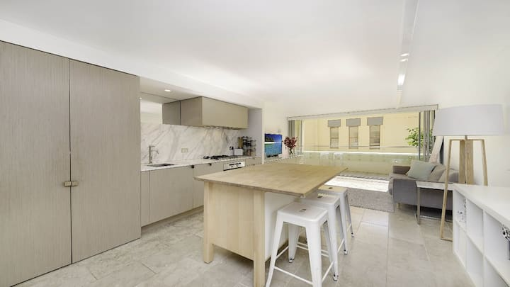 Modern deluxe apartment seconds from bondi beach