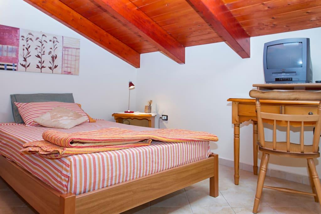 camera da letto con letto da piazza e mezza