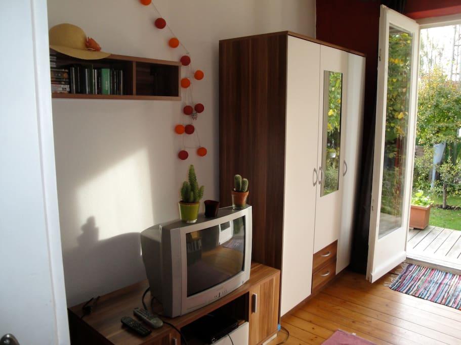 2.Foto vom Doppel-Zimmer mit TV und Terrasse und Blick in den Garten