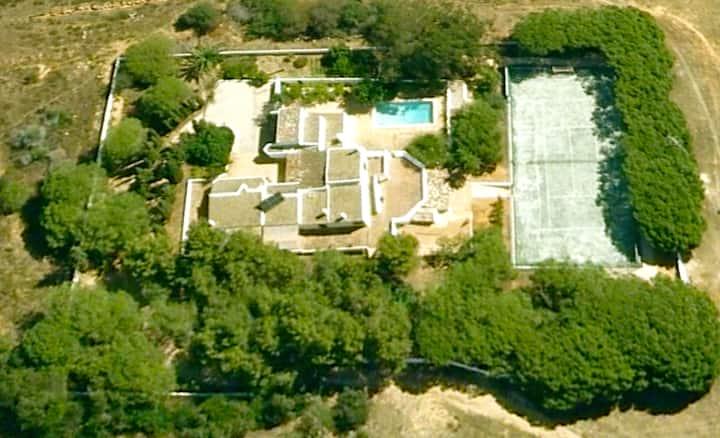 Beautiful Villa w/ pool, tennis, and beach at 450m