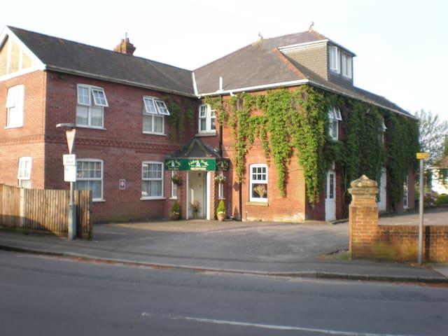 Single room, convenient for City centre - Salisbury - Bed & Breakfast
