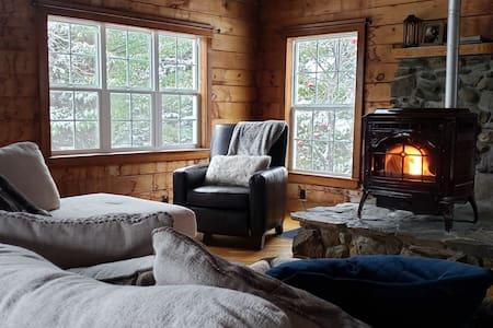 The Sleepy Chalet: Private Room to snowmobile/ski