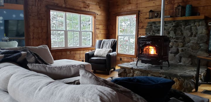 The Sleepy Chalet: Private Room to snowmobile/ski