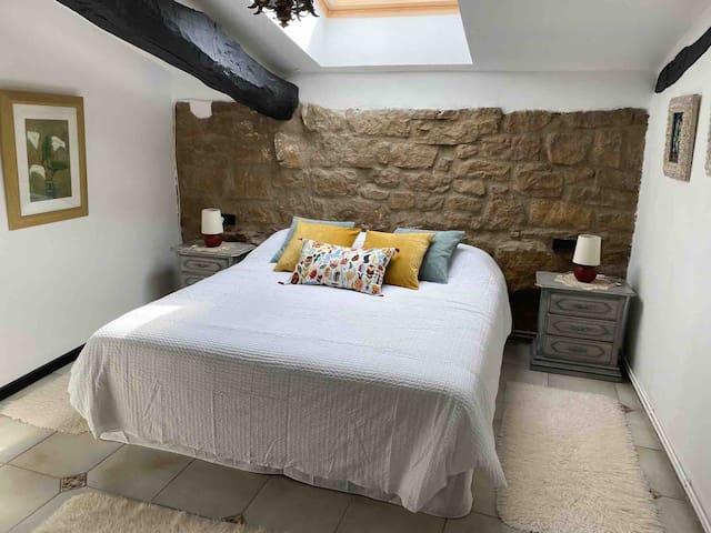 Habitación doble con magnífica cama y claraboya totalmente eléctrica.