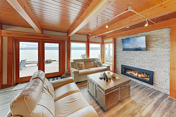 """""""Whalehouse"""" Waterfront Haven w/ Boat Launch"""
