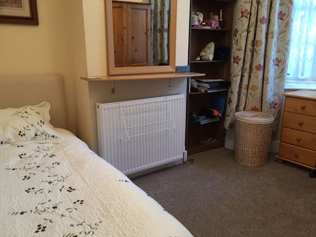 Recently Refurbished Cosy Room + Fast Internet