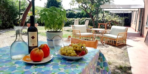 LA CASETTA  Casa e giardino, 100 metres from the sea