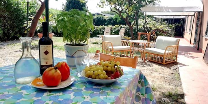 LA CASETTA  Casa e giardino, a 100 metri dal mare