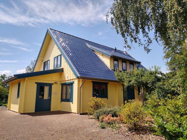Sfeervol houten huis voor het hele gezin.