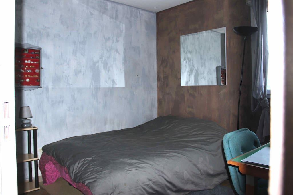 La chambre est spacieuse avec un placard et un bureau