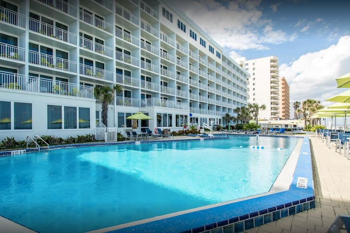 2 Bd Condo, Pristine Daytona Beach , Sun & Fun !!