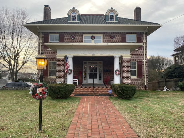 1914 Historic Colonial Revival home, 2nd level apt