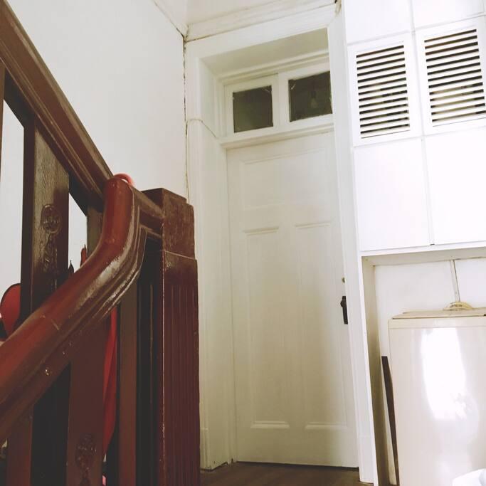 二楼套房门,卫生间在进口右侧