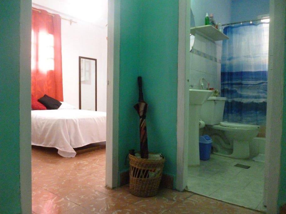 Ángulo de la habitación y el baño.