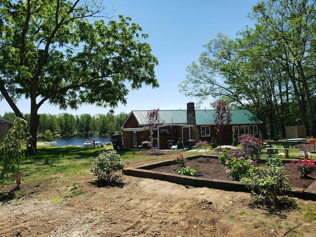 EXCEPTIONAL VALUE, WATERFRONT HOME, sleeps 8