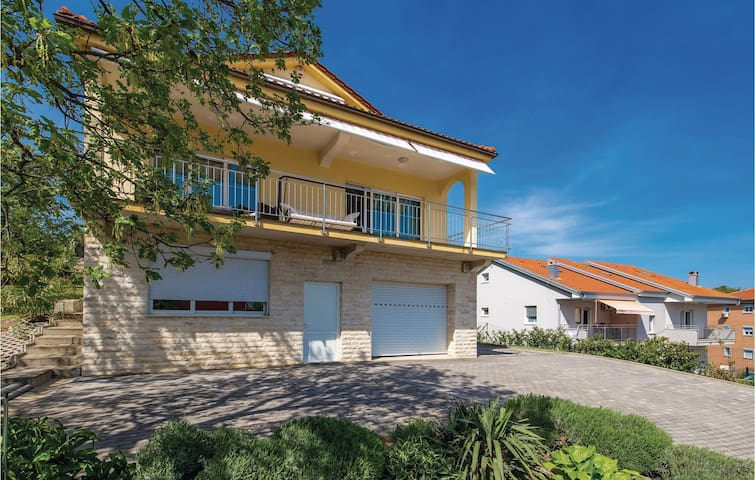 Semi-Detached with 4 bedrooms on 196m² in Rijeka