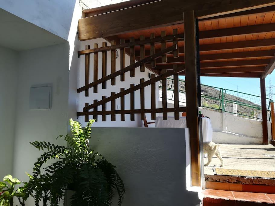 puerta de entrada y terraza