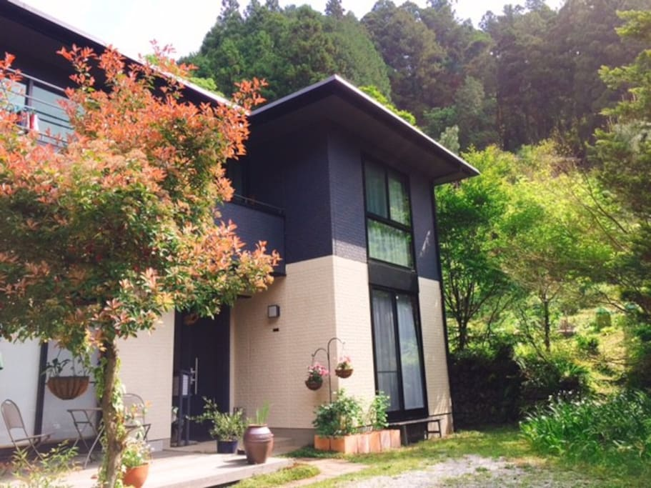 Our modern house in the mountains / B&Bの外観。ハイキングコースの途中にあります。