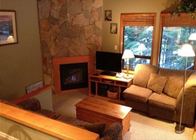 Cozy, Quiet Mountainside Location, Free Parking & WiFi, Huge Deck,