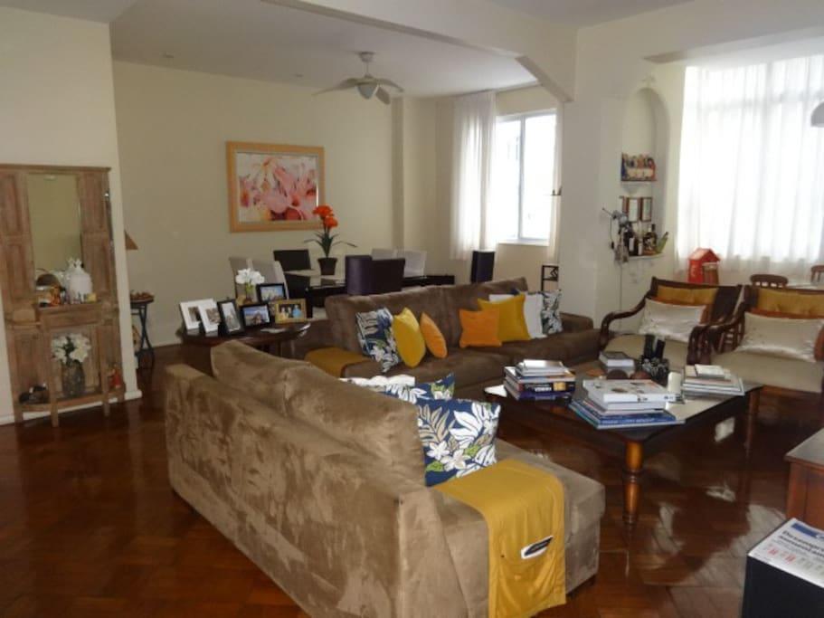 Amplas Salas com sofá de 2 e 3 lugares