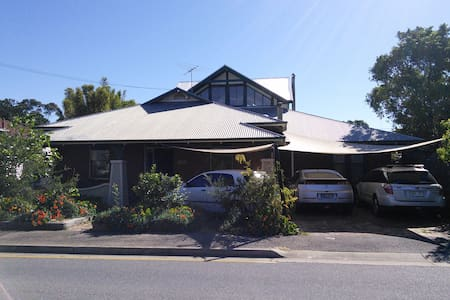 Comfortable family home near city - Bowden