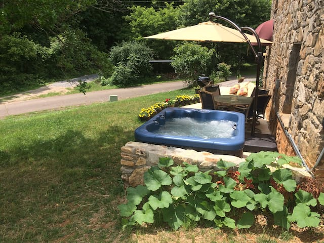 LUXURY APT ~ PRIVATE HOT-TUB ~ 2M DTN ~ CROISSANTS - Asheville - Bed & Breakfast