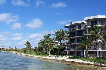 Affordable Beachfront Luxury Condo Sleeps 6 - キーウェスト - コンドミニアム