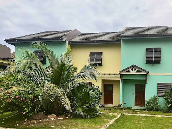 2/2.5, 6 guests villa with A/C, Old Fort Bay beach