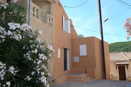 Maison de famille dans village typique et calme - Tomino - Apartamento