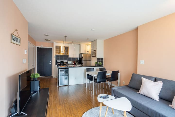 Downtown(Arena)+Parking+AC,1mintoSkytrain,Sleeps 5