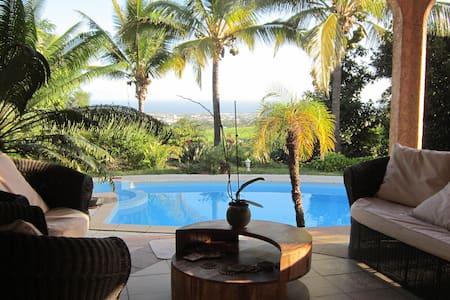 chambre sdb privée jacuzzi piscine vue mer cuisine - Villa