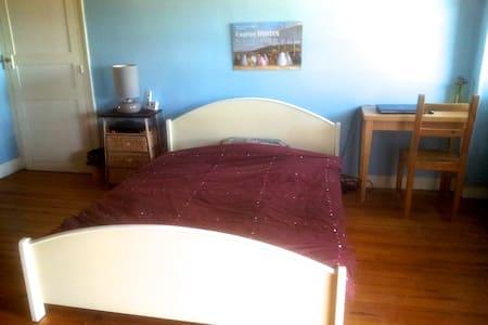 Grande chambre calme avec petit déj - Oloron-Sainte-Marie