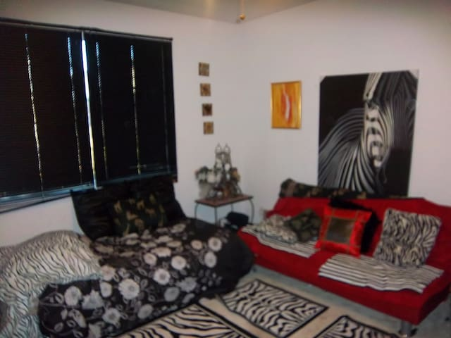 Queen room with futon - Antioch - Huis